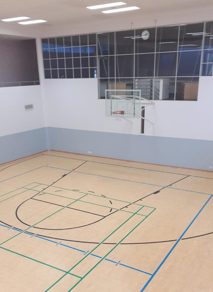 UKK-instituutin liikuntasali ja koripallokori ylhäältä kuvattuna