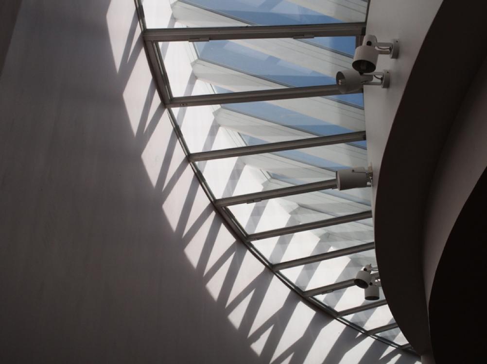 UKK-instituutin kattoikkuna kuvattuna alhaalta