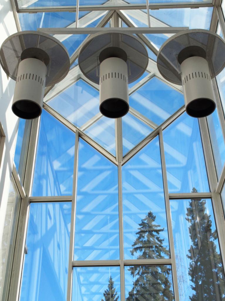 Ikkuna ja kolme lamppua