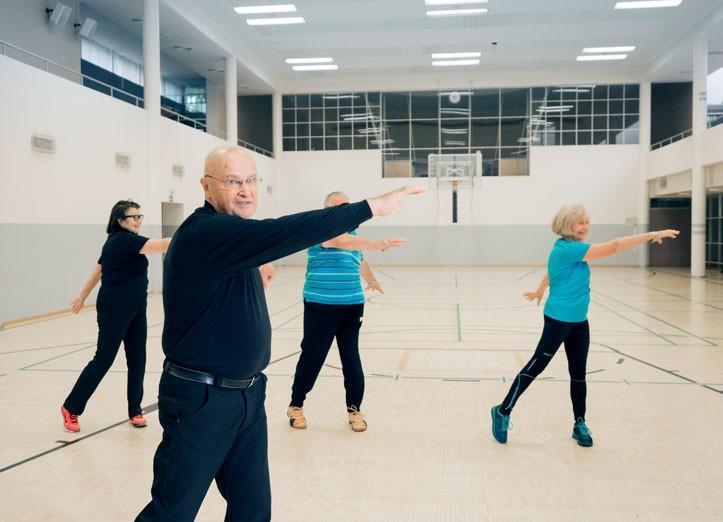 iäkkäitä jumppaajia UKK-instituutin liikuntasalissa