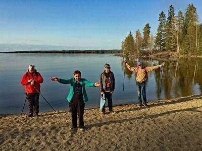 Sauvakävelijöitä jumppaamassa järven rannalla