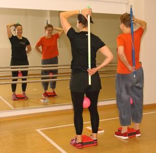 Kaksi naista jumppaavat peilin edessä