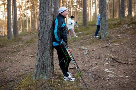 Sauvakävelijöitä metsässä