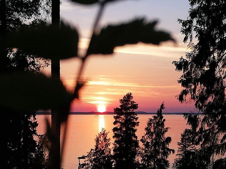 Auringonlasku UKK-instituutin terassilta katsottuna Näsijärvelle
