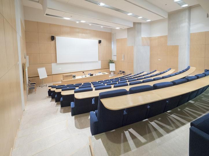 UKK-instituuttin auditorio tila takaa kuvattuna