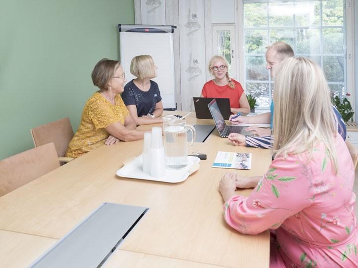 Kevät-kokoustila ryhmätyötilana