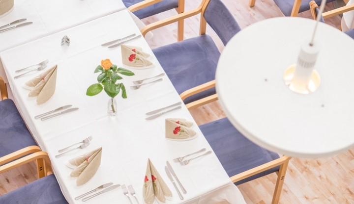 Katettua pöytää UKK-instituuttin Sylvin Salissa ylhäältä kuvattuna