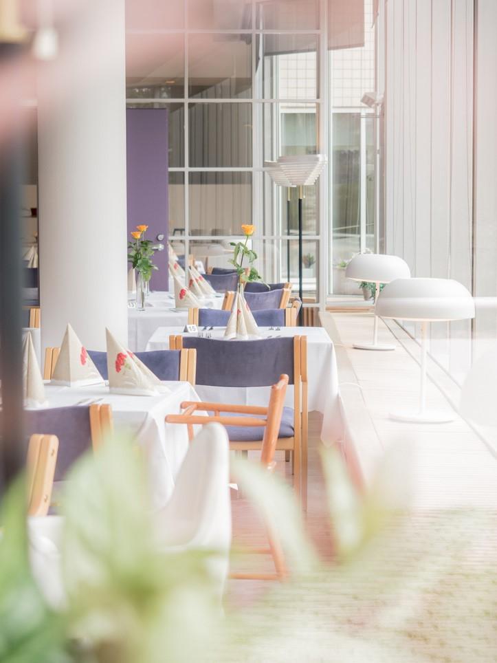 ravintolasalin osio takaseinästä kuvattuna Sylvin Sali UKK-instituutti