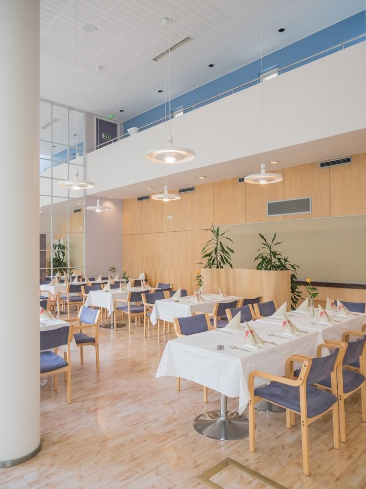 ravintolasali kahviotiskin suuntaan kuvattuna Sylvin Sali UKK-instituutti