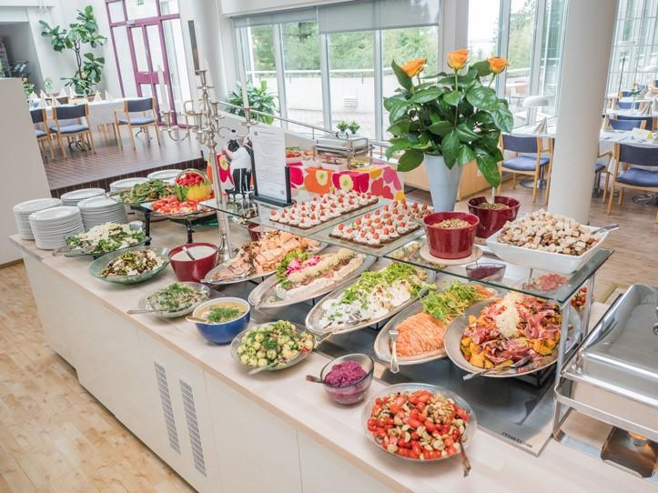 Herkuista notkuva tarjoilupöytä Sylvin Salissa UKK-instituutissa