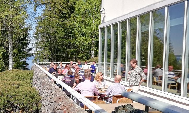 lounastajia UKK-instituutin terassilla