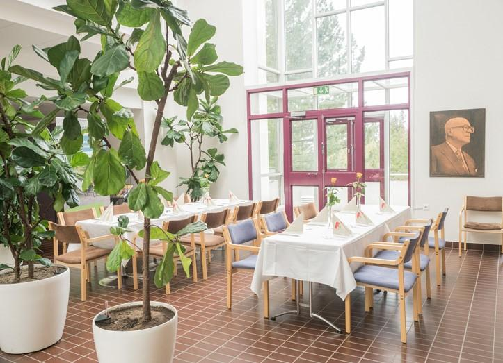 Katettuja pöytiä UKK-instituutin aulatilassa