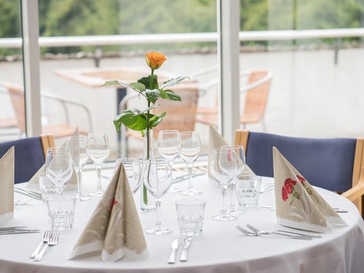 Ruusu juhlapöydässä Tolppa Ravintolat UKK-instituutti