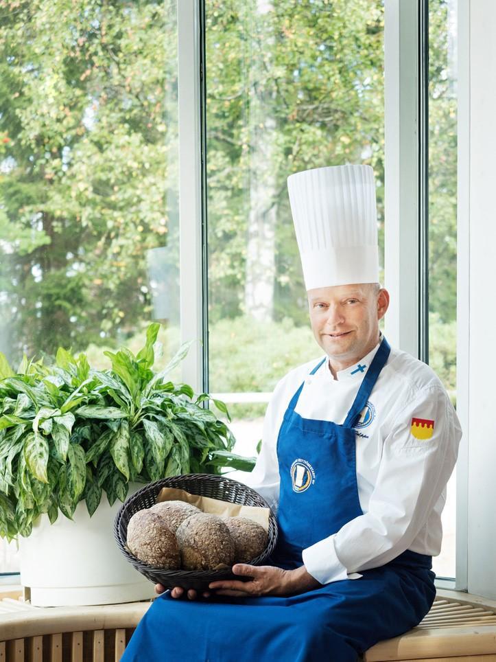 Keiittiömestari Pekka Tolppa UKK-instituutin salissa leipäkori sylissä