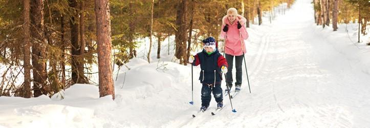 Perhe hiihtää UKK-instituutti
