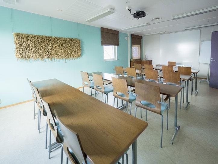 Näsijärvi-kokoustila luokkamuodossa takaosasta kuvattuna.