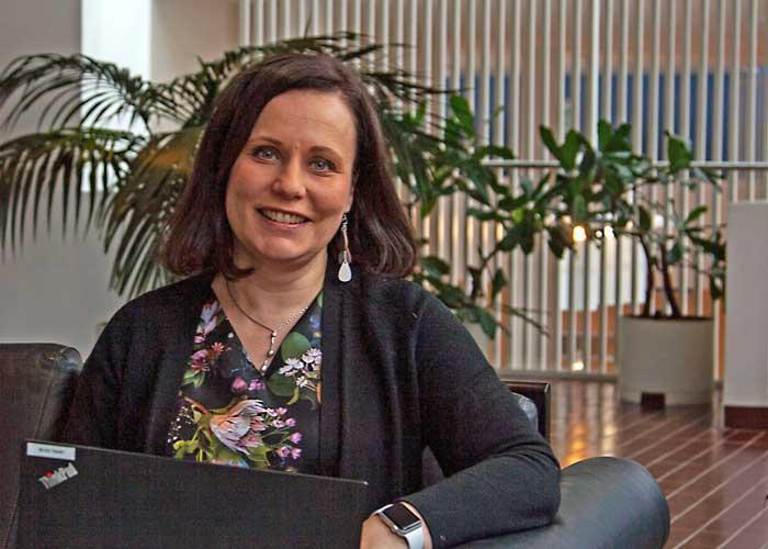 Pia Schildt UKK-instituutin yläaulassa.