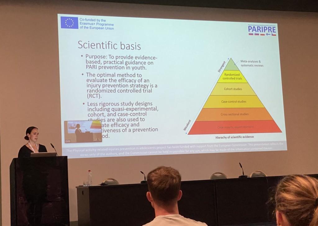 Mari Leppänen esittelemässä rakenteilla olevia liikuntavammojen ehkäisyn suosituksia kuulijoille Sloveniassa.